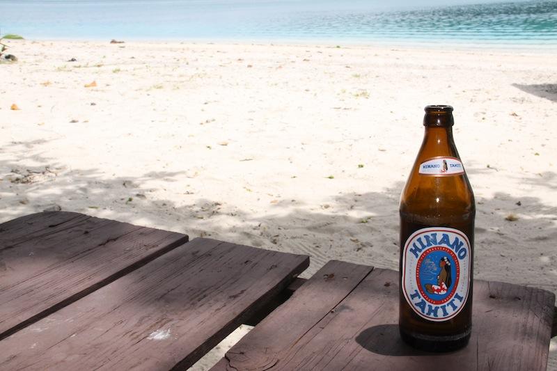 Motu-Strand in Huahine (Französisch Polynesien) mit Hinano Tahiti Bier